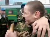 Девчонка дождалась парня из армии))) Так классно!